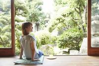 縁側に座る若い女性 10179009147| 写真素材・ストックフォト・画像・イラスト素材|アマナイメージズ