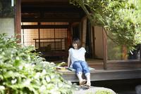 縁側に座る若い女性 10179009150| 写真素材・ストックフォト・画像・イラスト素材|アマナイメージズ