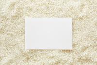 白米の上に置かれた白い紙