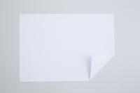 一箇所折ってある一枚の白い紙