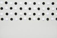 並んだ白と黒の丸い紙