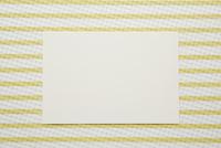 黄色と白のストライプの上に置かれた紙 10179009357| 写真素材・ストックフォト・画像・イラスト素材|アマナイメージズ