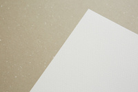 茶色の紙の上に置かれたカード