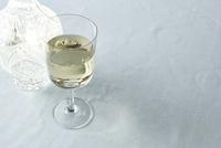 グラスの白ワインと水のボトル 10179009425| 写真素材・ストックフォト・画像・イラスト素材|アマナイメージズ