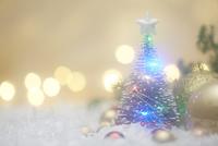 キラキラ輝くライトとクリスマスツリー