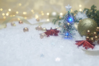 白いふわふわの上に置かれたクリスマスツリーと飾り