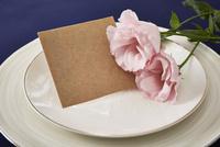 紺色のテーブルクロスの上でセッティングされた皿とメッセージカード 10179009457| 写真素材・ストックフォト・画像・イラスト素材|アマナイメージズ
