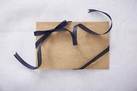 リボンとクラフトのメッセージカード 10179009461| 写真素材・ストックフォト・画像・イラスト素材|アマナイメージズ