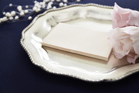 紺色のテーブルクロスの上でセッティングされた皿と花とメッセージカード 10179009466| 写真素材・ストックフォト・画像・イラスト素材|アマナイメージズ