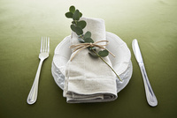 テーブルの上でセッティングされた皿とカトラリー