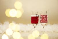 ペアで並んだクリスマスカラーのシャンパングラス