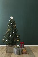 部屋の中にあるクリスマスツリーとプレゼントボックス