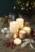 複数のキャンドルとクリスマス飾り