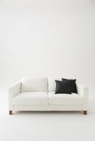 白背景に白いソファと黒いクッション 10179009508| 写真素材・ストックフォト・画像・イラスト素材|アマナイメージズ