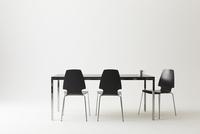 黒いテーブルと三脚の黒い椅子 10179009510| 写真素材・ストックフォト・画像・イラスト素材|アマナイメージズ