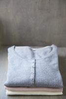積み重なった3枚の服 10179009511| 写真素材・ストックフォト・画像・イラスト素材|アマナイメージズ