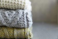 積み重なった3枚のセーター