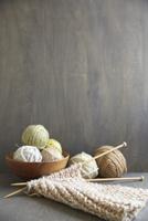 木のボールに入った毛糸玉と編み物セット