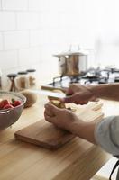 キッチンで料理をする男性 10179009515| 写真素材・ストックフォト・画像・イラスト素材|アマナイメージズ