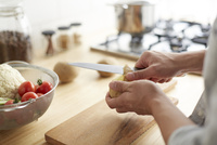 キッチンで料理をする男性 10179009518| 写真素材・ストックフォト・画像・イラスト素材|アマナイメージズ