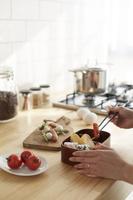 キッチンでお弁当を詰める女性