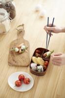 キッチンでお弁当を詰める女性 10179009522| 写真素材・ストックフォト・画像・イラスト素材|アマナイメージズ