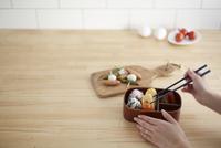 キッチンでお弁当を詰める女性 10179009524| 写真素材・ストックフォト・画像・イラスト素材|アマナイメージズ