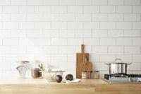 キッチンカウンターの上に置かれた調理グッズと野菜