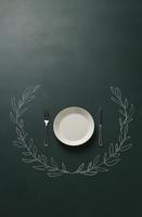 黒板に描いた植物の飾りとお皿 10179009560| 写真素材・ストックフォト・画像・イラスト素材|アマナイメージズ