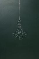 黒板に描いた裸電球 10179009565| 写真素材・ストックフォト・画像・イラスト素材|アマナイメージズ