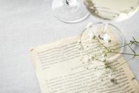 グラスの白ワインとメッセージ 10179009647| 写真素材・ストックフォト・画像・イラスト素材|アマナイメージズ