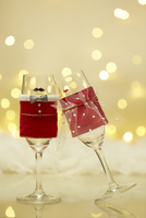 ペアで並んだクリスマスカラーのシャンパングラス 10179009662  写真素材・ストックフォト・画像・イラスト素材 アマナイメージズ