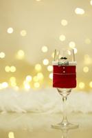 クリスマスの衣装を着たひとつのシャンパングラス 10179009663  写真素材・ストックフォト・画像・イラスト素材 アマナイメージズ