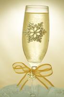 雪の結晶の飾りが中に入ったシャンパングラス