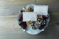 テーブルの上に置かれたクリスマス飾り 10179009672| 写真素材・ストックフォト・画像・イラスト素材|アマナイメージズ