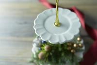テーブルの上に置かれたお皿とクリスマス飾り