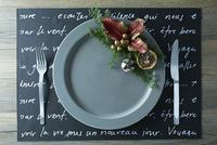 クリスマス飾りとテーブルセッティングされたお皿とカトラリー 10179009674| 写真素材・ストックフォト・画像・イラスト素材|アマナイメージズ