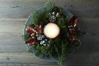 テーブルの上に置かれたお皿とクリスマス飾り 10179009675| 写真素材・ストックフォト・画像・イラスト素材|アマナイメージズ