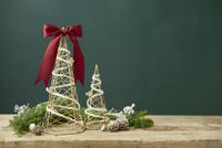 クリスマスオブジェと白く塗られたマツボックリ 10179009681  写真素材・ストックフォト・画像・イラスト素材 アマナイメージズ