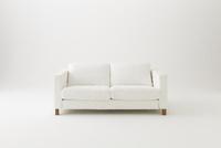 白背景に白いソファ