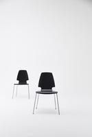 白背景に2脚の黒い椅子 10179009698| 写真素材・ストックフォト・画像・イラスト素材|アマナイメージズ