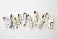 一列に並んだ複数の白いスニーカー 10179009732| 写真素材・ストックフォト・画像・イラスト素材|アマナイメージズ