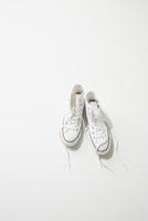 一足の白スニーカー 10179009733| 写真素材・ストックフォト・画像・イラスト素材|アマナイメージズ