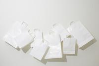 並べられた複数の白い紙袋