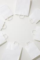 円形上に並べられた複数の白い紙袋