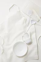 白いエプロンと白いキッチングッズ