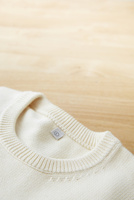白いセーターの首元