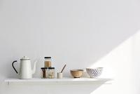 白い棚の上に並べられたキッチングッズ 10179009769| 写真素材・ストックフォト・画像・イラスト素材|アマナイメージズ