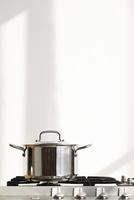 ガスコンロの上に置かれたシルバーの鍋