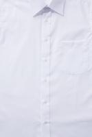 白いシャツの胸の部分のアップ